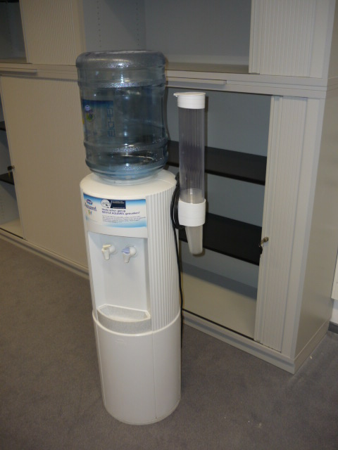 nestle wasserspender dispenser getr nkespender mit k hlung oasis ebay. Black Bedroom Furniture Sets. Home Design Ideas